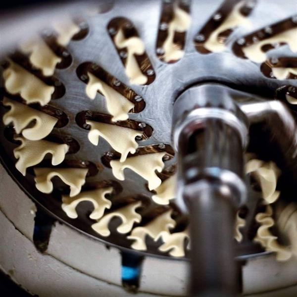 trafilatura al bronzo, essiccazione lenta e tanta #sapienzanapoletana...  ecco come nasce #PastaLeonessa #pasta #leonessa #food #napoli #naples #pastificio #artigianale #pastafresca  www.pastaleonessa.it