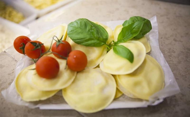 Panciotti freschi ripieni di mozzarella con pomodoro e basilico