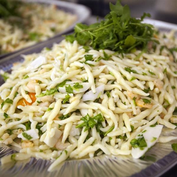 Al pastificio artigianale Leonessa, mare e monti si incontrano in una fresca insalata di pasta, preparata con le Trofie Leonessa