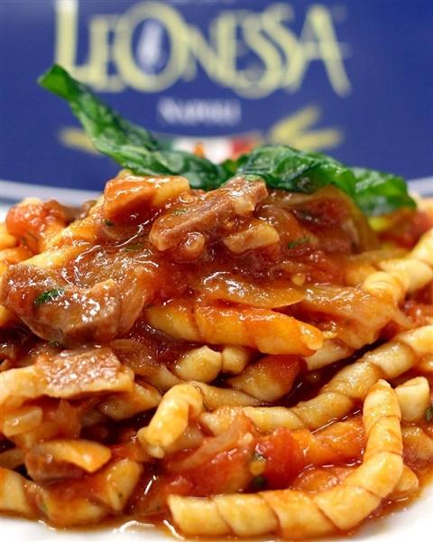 il ragu a Napoli è una tradizione irrinunciabile ed è il partner più adatto per i Fusillinapoletani Leonessa...