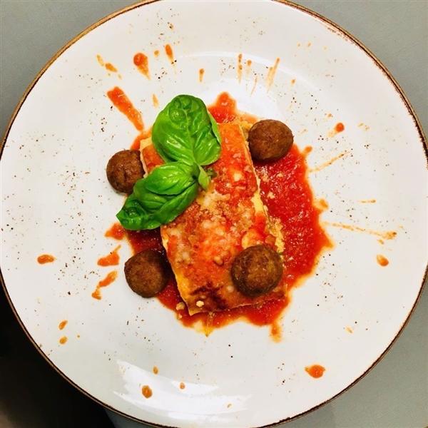 """Lo scrittore e saggista, Angelo Forgione, attraverso le ricerche fatte per il suo ultimo libro """"Il Re di Napoli"""" racconta che le lasagne sono un piatto della cucina napoletana."""