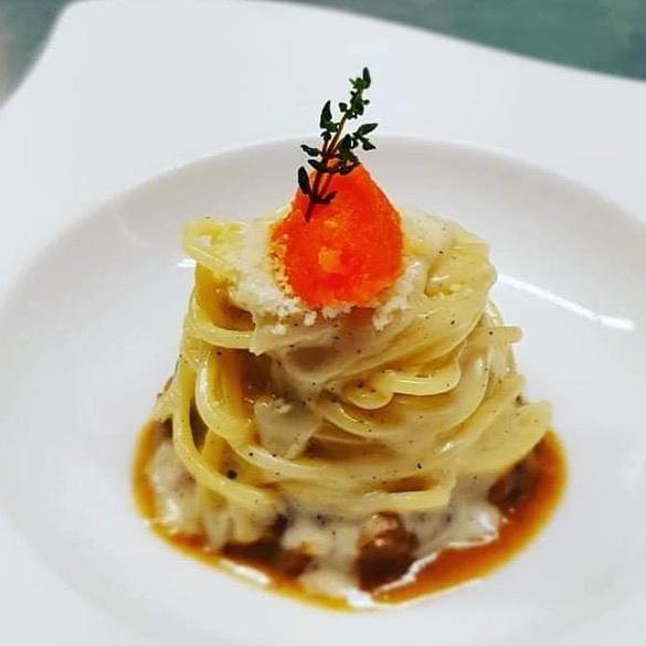 Spaghettone Leonessa cacio e pepe con stracotto di manzo e pesto di carota - chef Nunzio Spagnuolo ristorante Il Rada di Positano