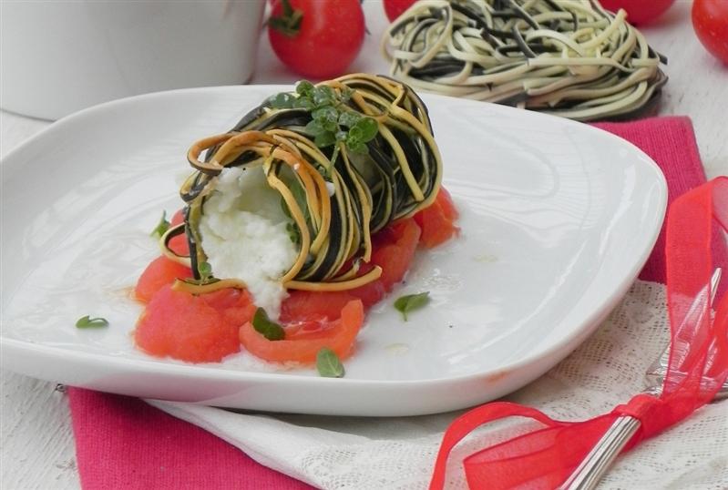 Amorini in crosta con ripieno di crema di mozzarella di bufala campana dop su coulis di pomodorini e gocce di colatura di alici