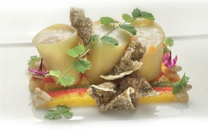 Manicotti al ragù di pesci di scoglio, zattera di peperoni e crema di pinoli tostati.