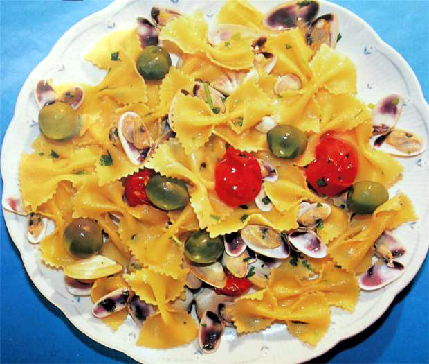 Farfalle with telline and olives