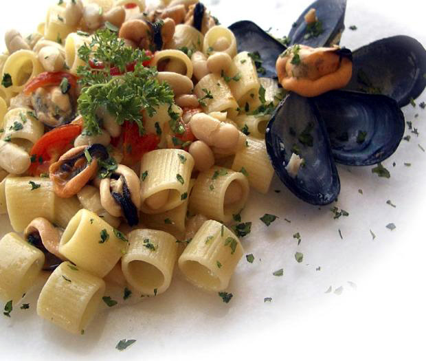Ditaloni pasta with mussels and beans