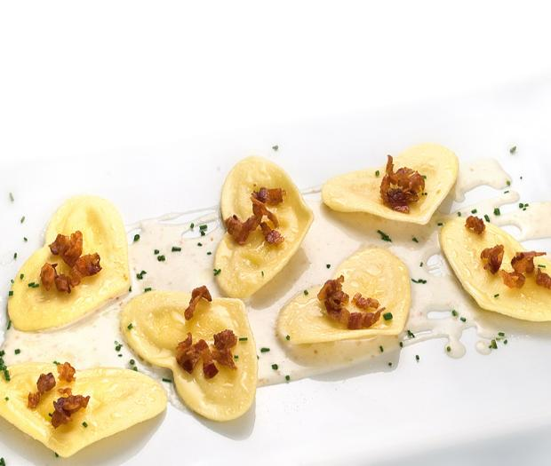 Cuori with shrimps served on smoked scamorza cheese and crispy bacon