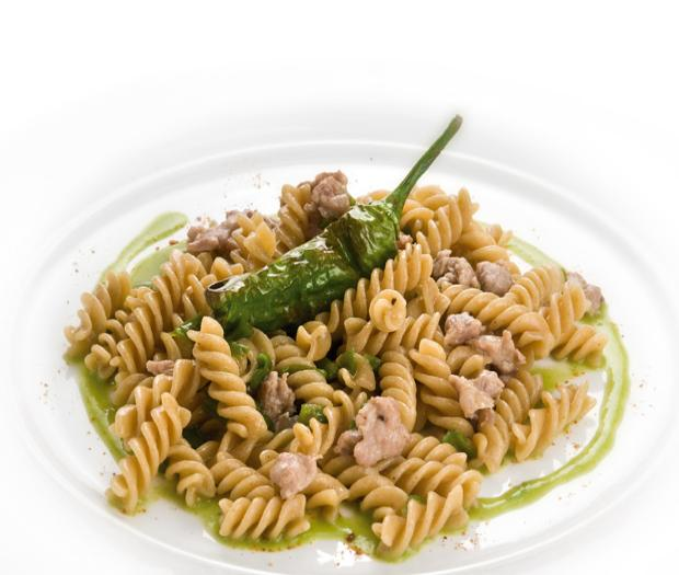 Fusilli integrali with green chillies and fresh sausage
