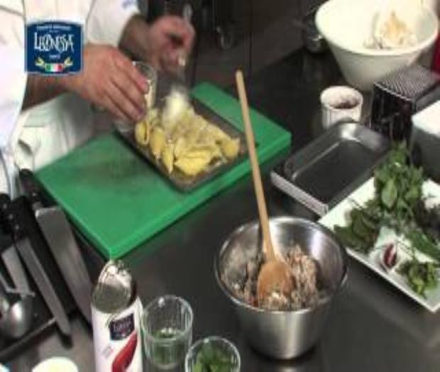 Conchiglioni al ragu' bianco con fonduta di provolone al sugo