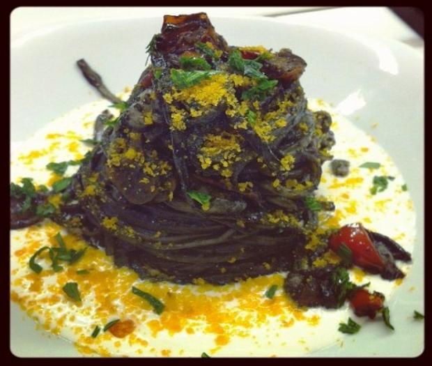 Tagliolini al nero con bottarga e crema di mozzarella