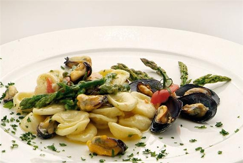 Orecchiette with mussels and asparagus tips