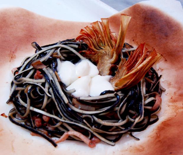 Amorini b&w con ragù bianco di totani e carciofi, cuore filante di mozzarella di bufala dop e carciofi croccanti