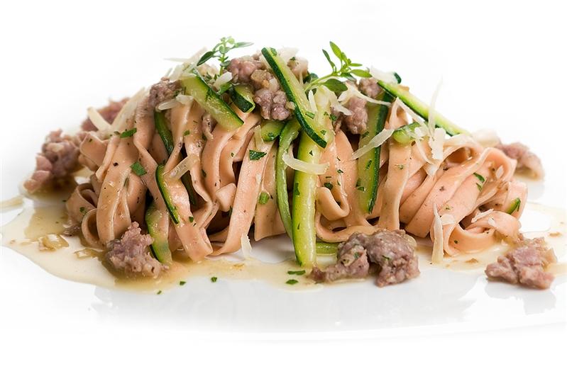 Fettuccine Rosse con Salsiccia di Cinghiale e Zucchine