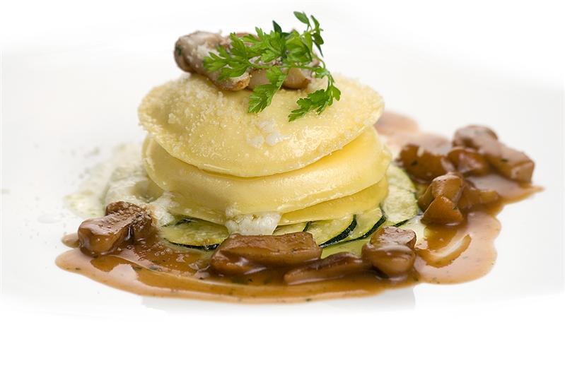 Panciotti su Corona di Zucchine con Salsa di Porcini