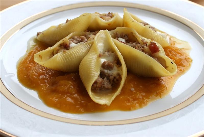 Conchiglioni rigati ripieni di nero casertano, mela annurca e mozzarella di bufala campana dop su salsa di pomodoro giallo