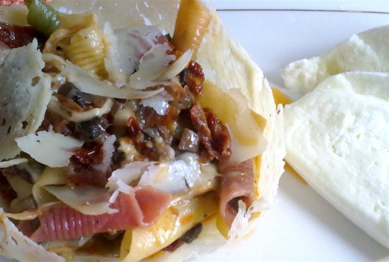 Cestino di garganelli vegetali con mozzarella e pomodori secchi