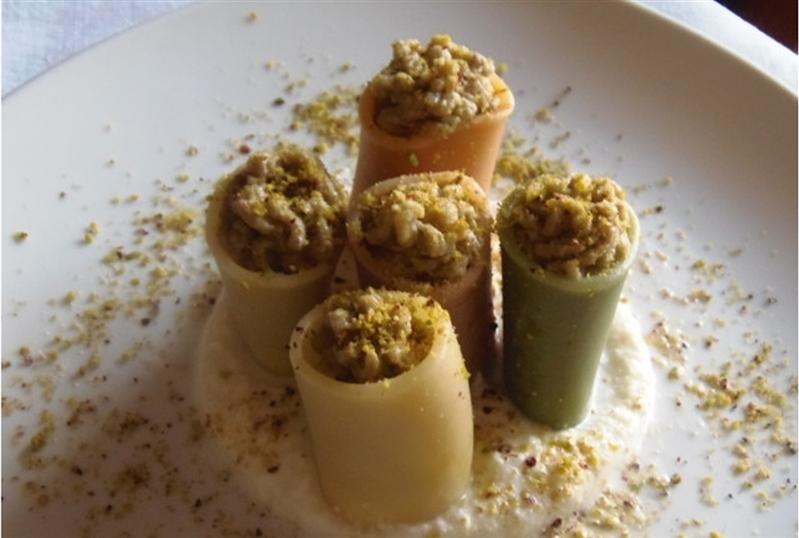 Paccheri 4 stagioni ripieni di mousse di carciofi e patate su letto di bufala