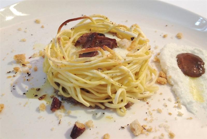 Nest of tagliolini with mozzarella, ricotta cheese, mushrooms and taralli lard and pepper
