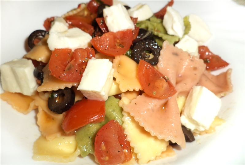 Vegetable Farfalle with tomatoes, olives and mozzarella dop