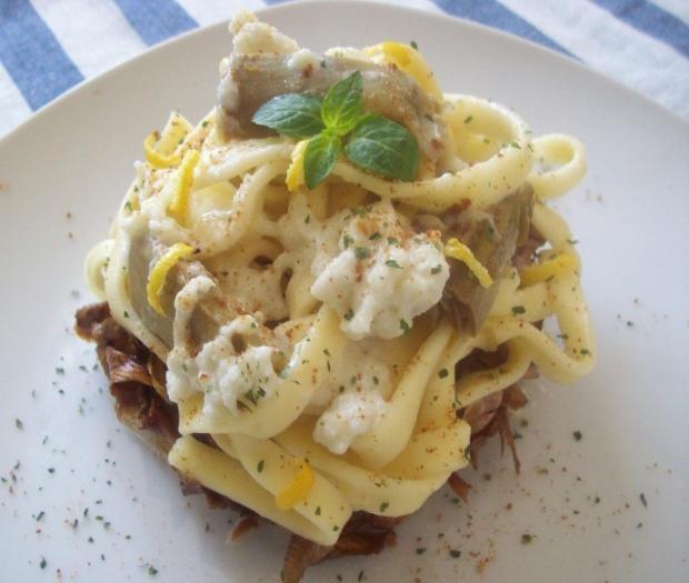 Troccoli con salsa di mozzarella di bufala campana dop, carciofi e bottarga di tonno su carciofo alla giudia