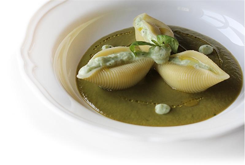 Conchiglioni all'emulsione di mozzarella di bufala campana e basilico con vellutata di zucchine e cipolla rossa