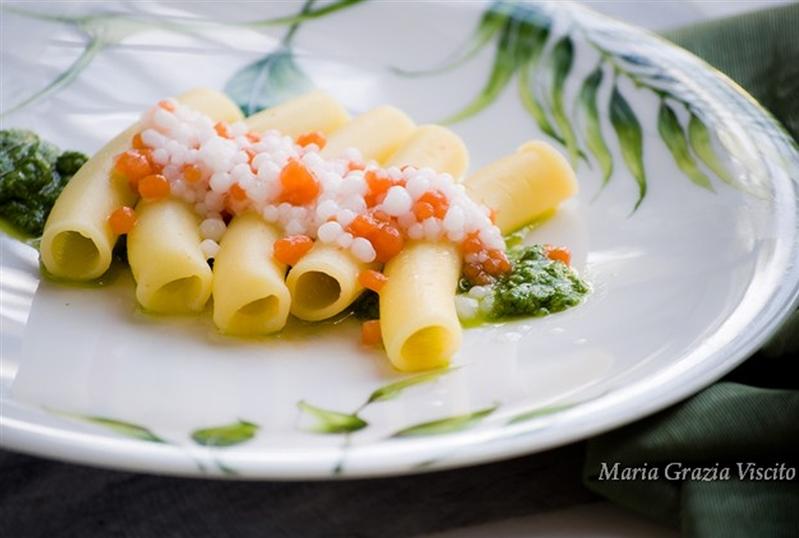 Maccheroni con acqua di pomodoro, salsa al basilico e caviale di pomodoro e mozzarella