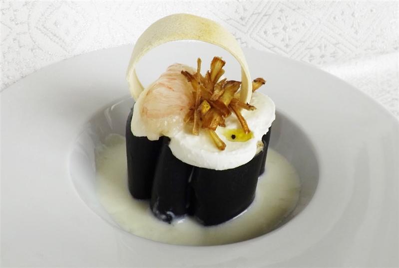 Paccheri ripieni di mousse di carciofi, scampi e mozzarella di bufala su crema di parmigiano