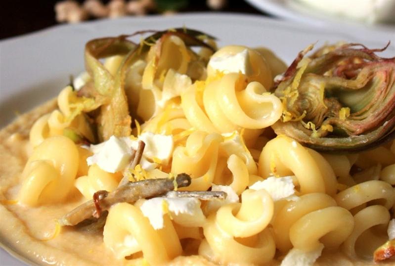 Nodini mozzarella di bufala, limone e carciofi su crema di ceci