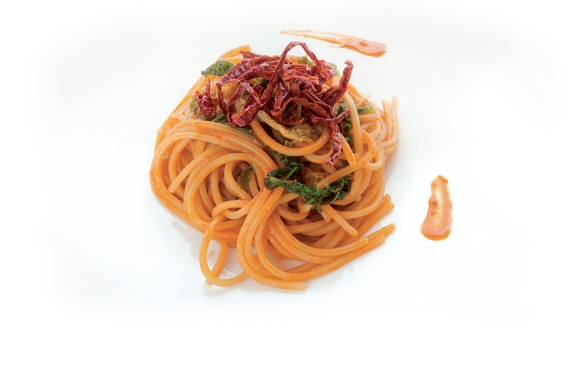 Spaghetto quadrato mantecato al peperone di Senise igp in due consistenze, verza e alici