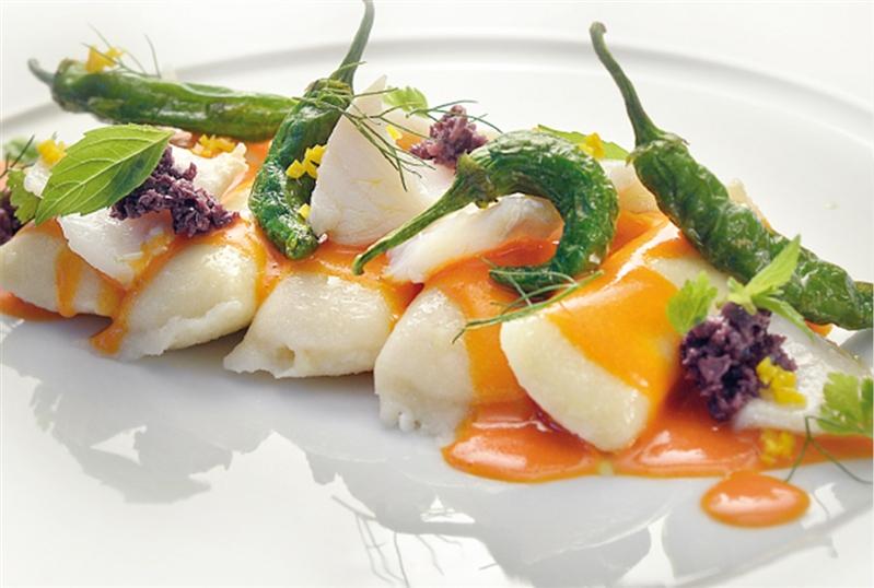 """Gnocchi ripieni di mozzarella, intingolo di pomodoro, baccalà, arance, """"friggitelli"""" e olive."""