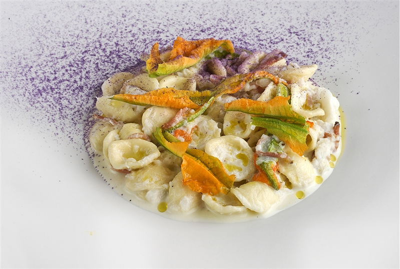 Orecchiette fresche con baccalà, speck e fiori di zucca