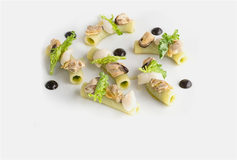 Stuffed maccheroni with turnip tops, seafood and black garlic