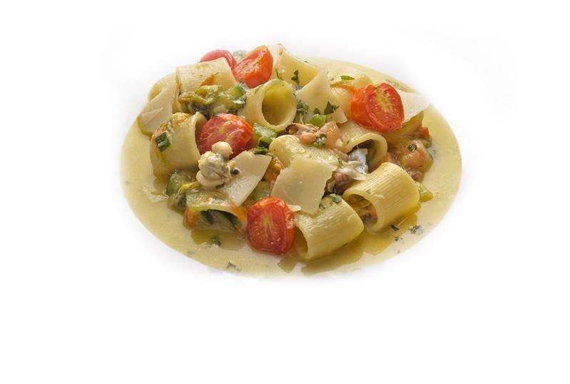 Mezze maniche rigate in zuppetta di cozze, zucchine e fiorilli