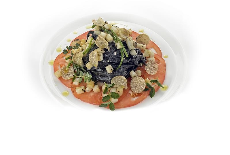 Tagliatelle nere con ragù di seppie, pomodoro di Sorrento, asparagi di mare e tartufo nero irpino