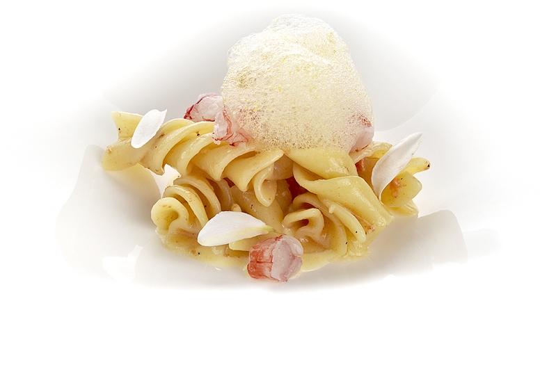 Riccioli, crudo di gamberi, crema pasticciera salata, riccio di mare e agrumi