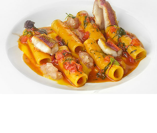 Candele servite con variazione di triglie , basilico e pomodoro