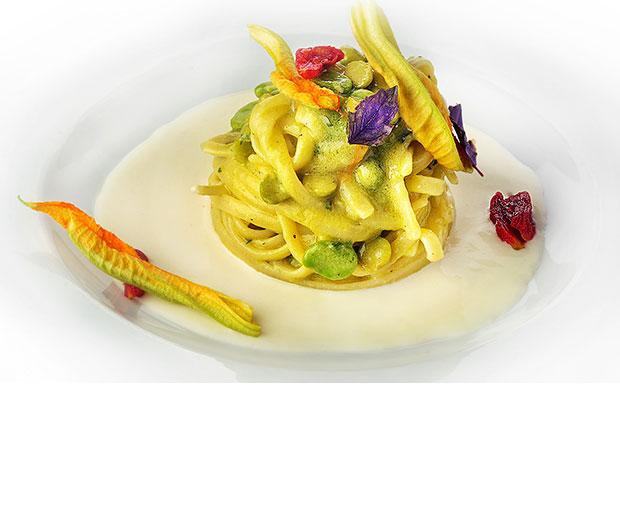 Linguine servite  con fave, fiori di zucca e crema di mozzarella affumicata