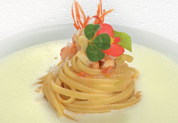 Linguine con cavolfiore, gamberi crudi e lime su fuso di Provolone del Monaco