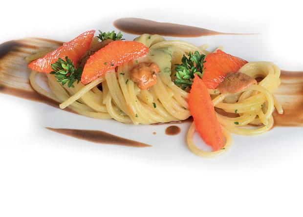 Spaghetti alla chitarra all'aglio nero, ricci di mare e arance rosse