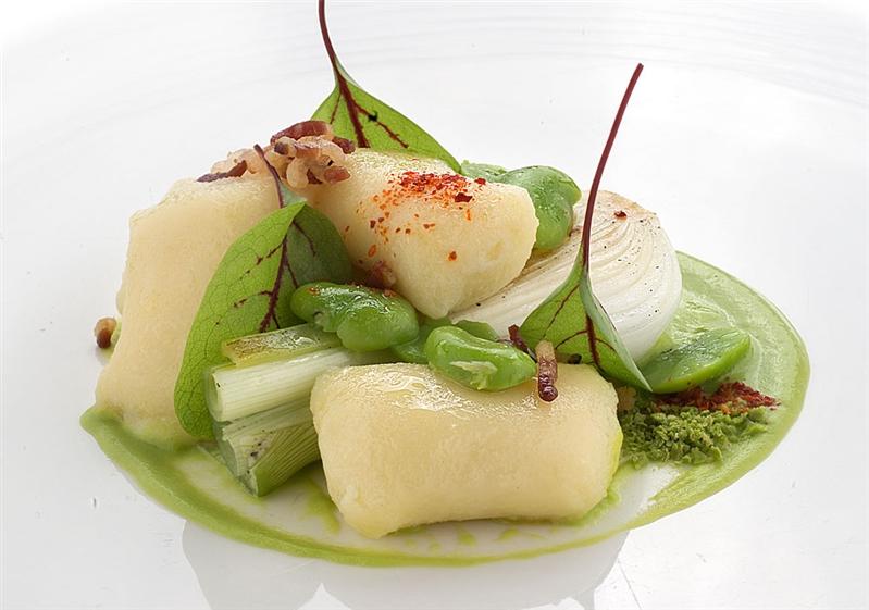 Gnocchi ripieni di mozzarella su crema di piselli al cipollotto di Pompei, favette novelle e pancetta croccante