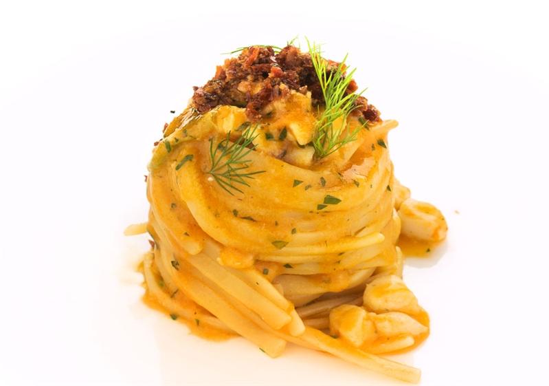 Linguine con scorfano marinato a limone, fiori di zucca, pesto di bottarga e pomodori secchi