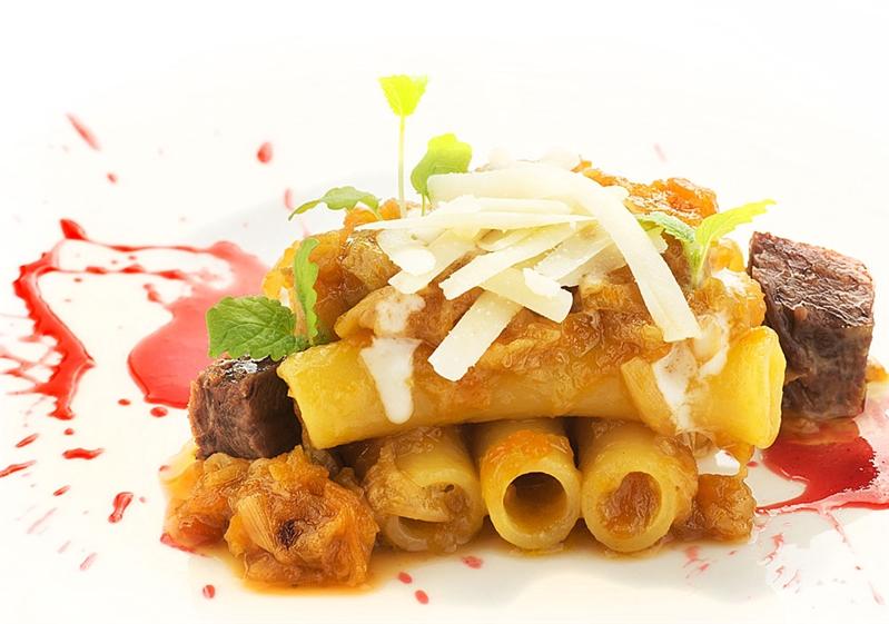 Maccheroni alla genovese di Annecchia e dressing di lampone salato su fonduta di provolone del monaco