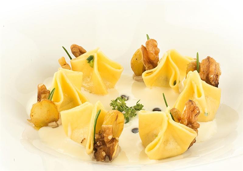 Fagottini in salsa di provolone del Monaco, castagne, noci e riduzione di aglianico