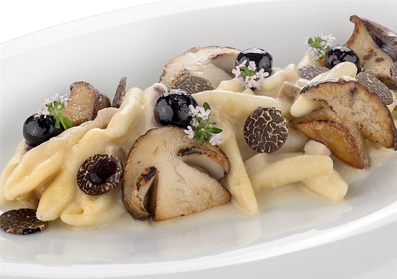 Trilli di Vallesaccarda con funghi, tartufo e mirtilli.