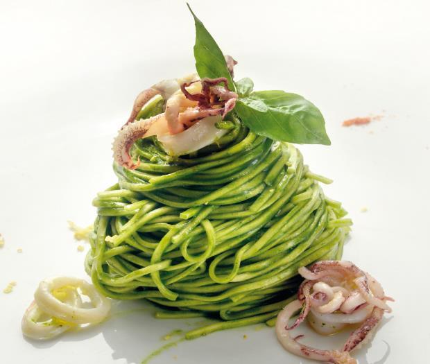 """Tagliolini con salsa di basilico, calamaretti d'amo e limone """"sfusato amalfitano"""""""