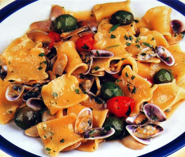 Mafaldelle pasta with telline and olives